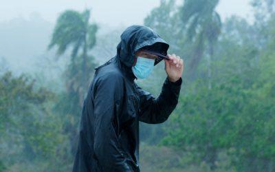 As chuvas de verão chegaram. Saiba onde encontrar capas de chuva contra intempéries da natureza